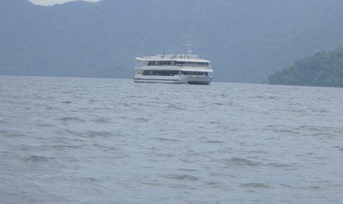 中禅寺湖の湖面からみる遊覧船