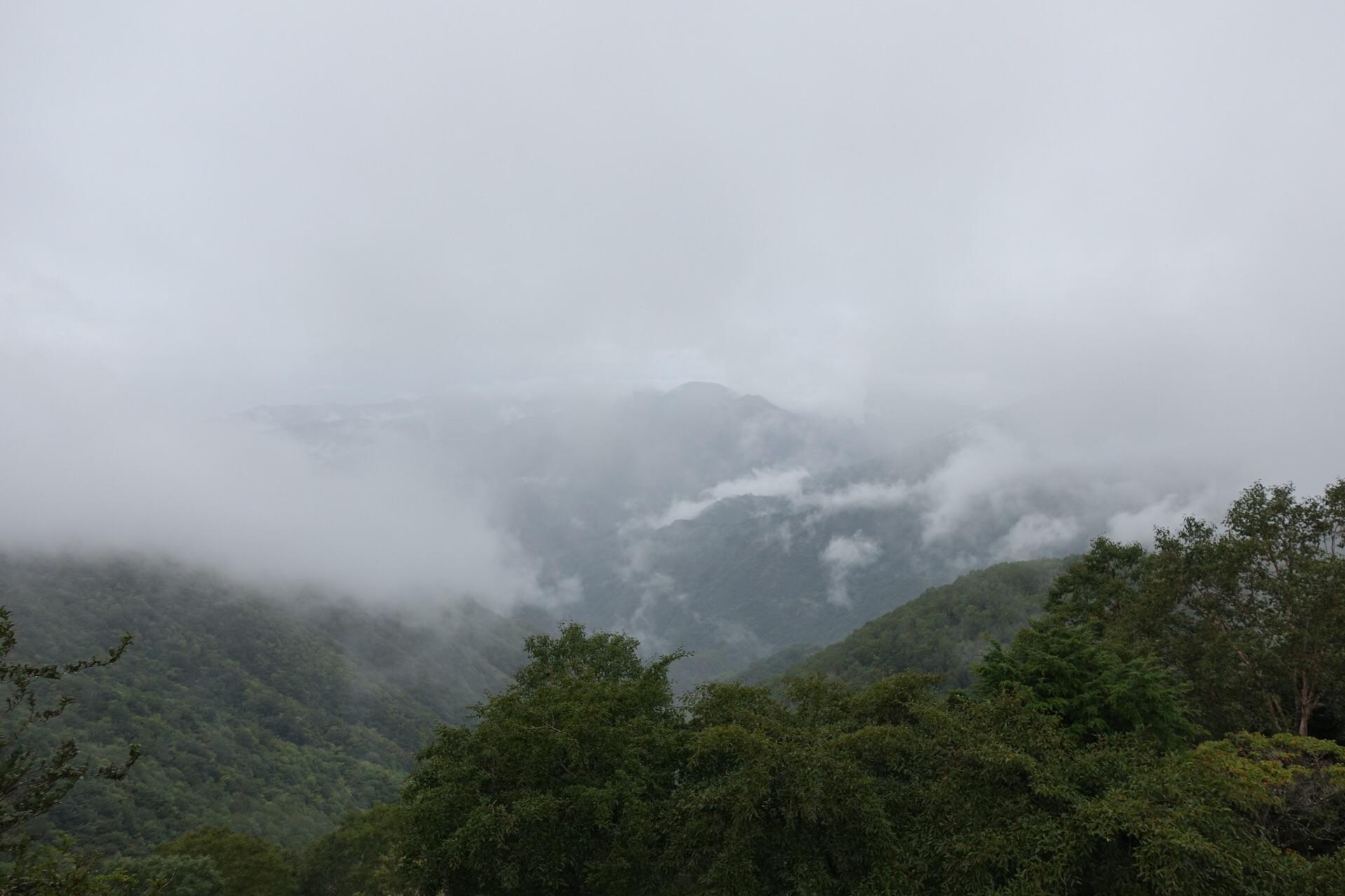 半月山第二駐車場からの眺めは雲で・・・