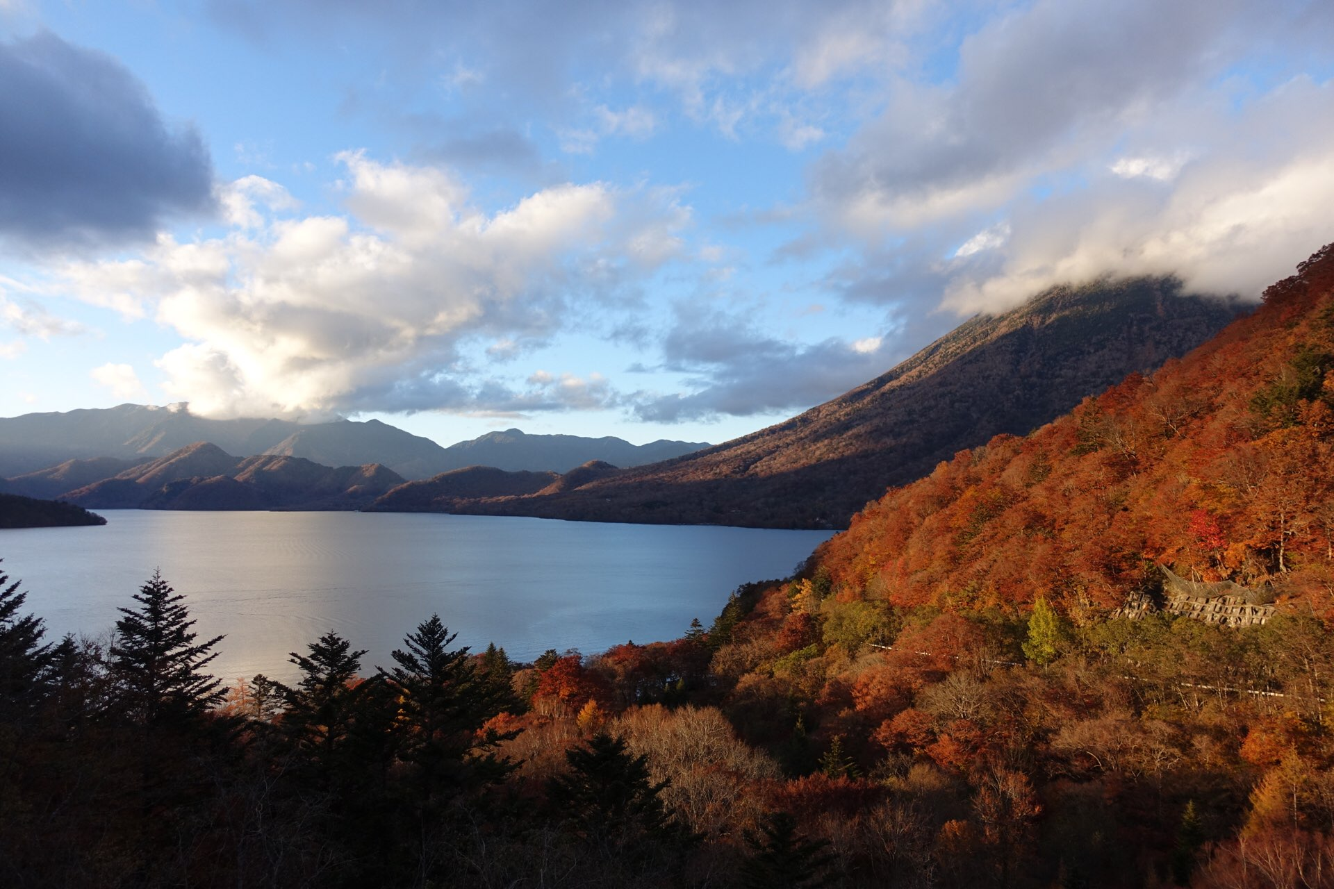 中禅寺湖スカイラインを登ってすぐのところからみた中禅寺湖も素敵な表情を見せてくれます