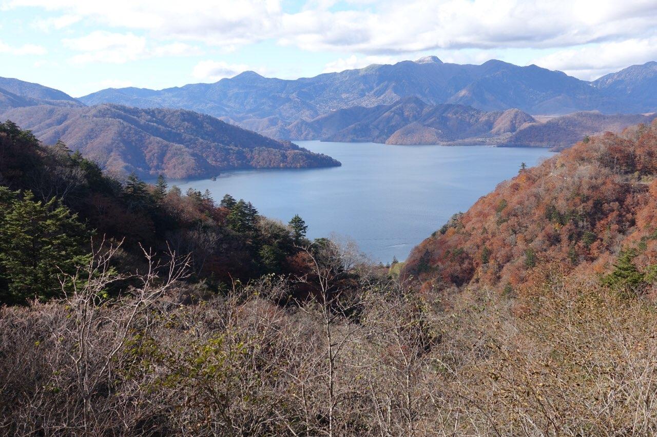茶ノ木平遊歩道入口バス停近くからみた中禅寺湖も素敵!
