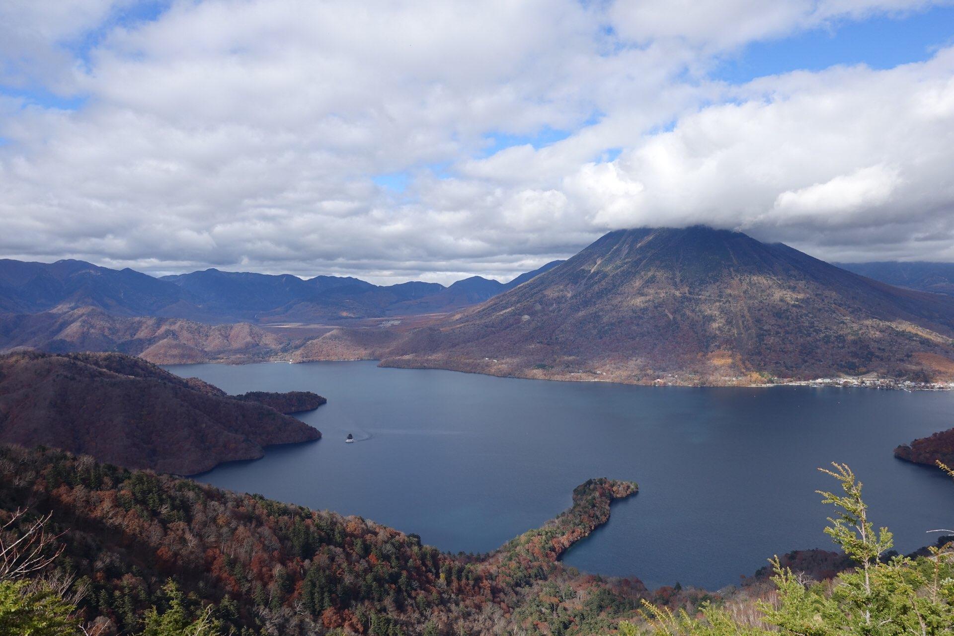 半月山展望台から眼下に広がる中禅寺湖は湖畔からみる中禅寺湖とは違った表情です