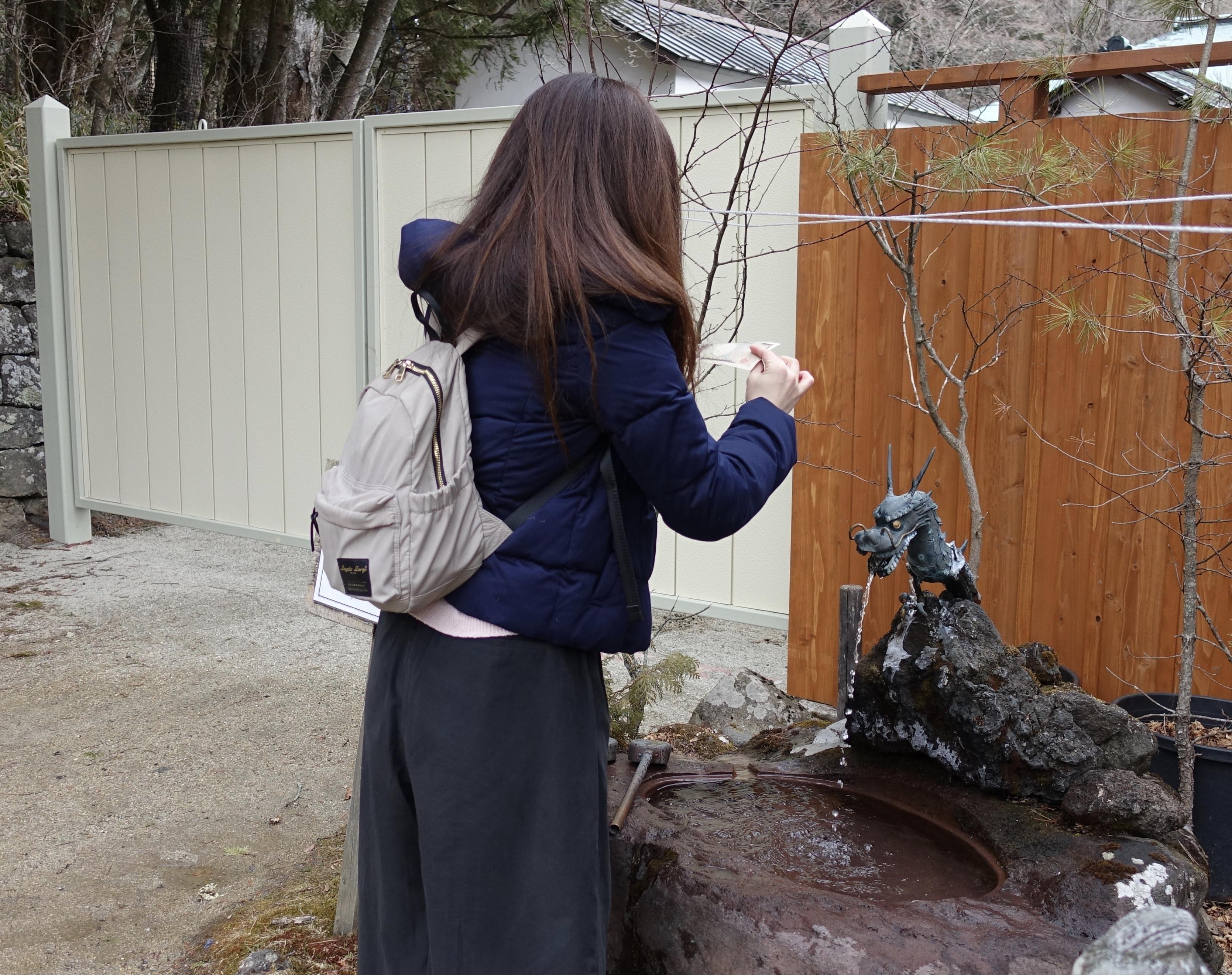 日光二荒山神社 中宮祠の龍神さまの聖水でお金が増えるようにしっかりとお清めしました(笑)