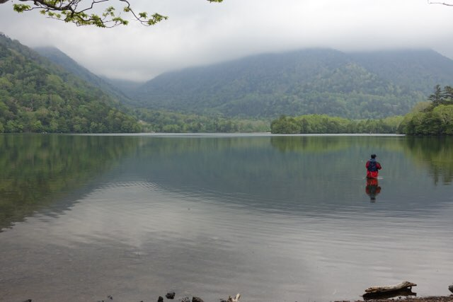 湯ノ湖で釣りをしているアングラーさん!格好いい〜!