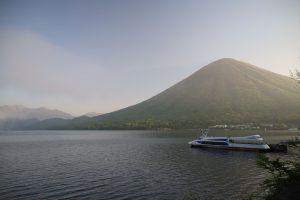 中禅寺湖畔から男体山を望む