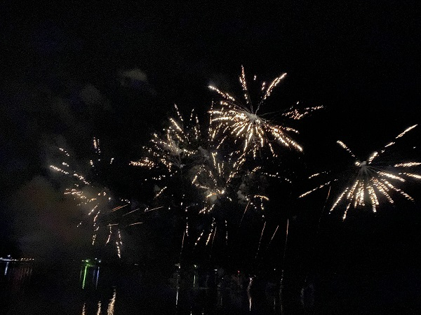 夜空に満開の花火