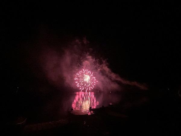 水面に映る花火